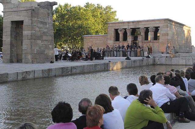 Turistas esperando o pôr-do-Sol no Templo de Debod
