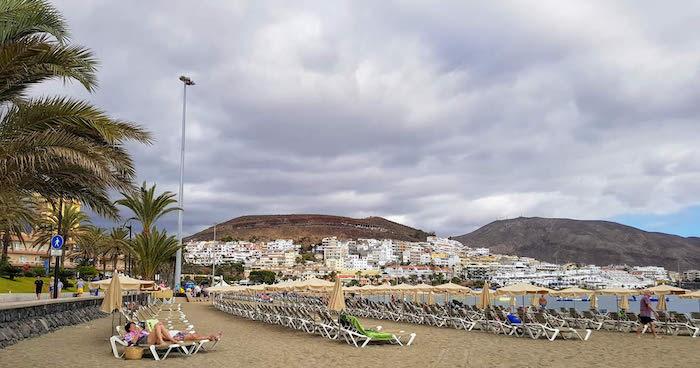 Espreguiçadeiras na Praia de los Cristianos em Tenerife