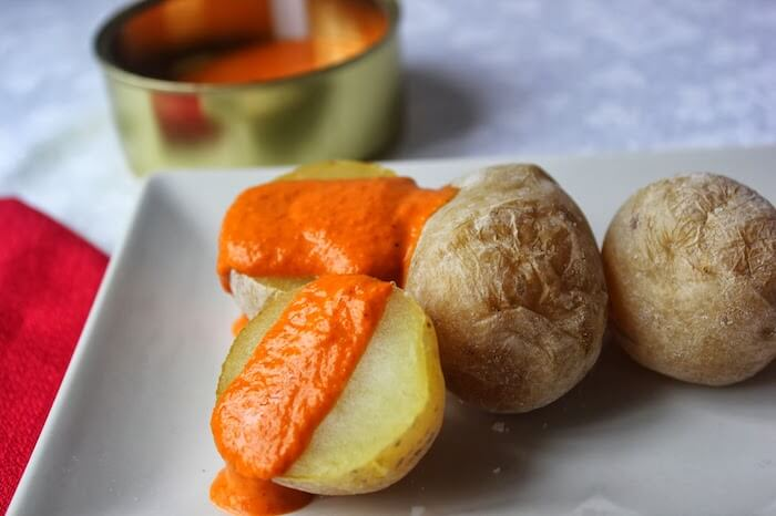 Experimentar a culinária local - patatas arrugadas com mojo picón